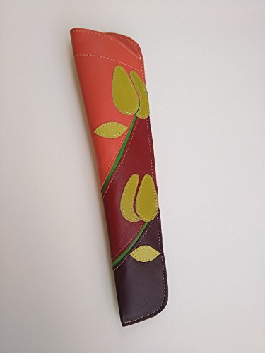 Funda de cuero para abanicos en tonos rojos y naranjas y con motivos florales || Leather fan cover in red and orange tones with flower patterns.
