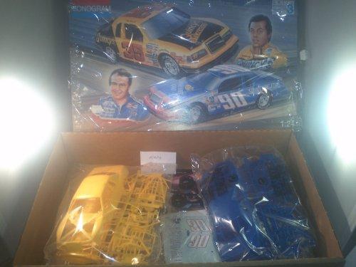 (Monogram International Rookie of the Year Stock Car Combo [1985 Ford Thunderbirds] 1:24 Model)