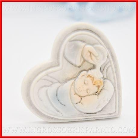 Corazón de resina multicolor con al interior de relieve un bimbo sul chinos Fonte battesimale enrollado de Lenzuolino Celeste para bebé–Bomboniere bautizo