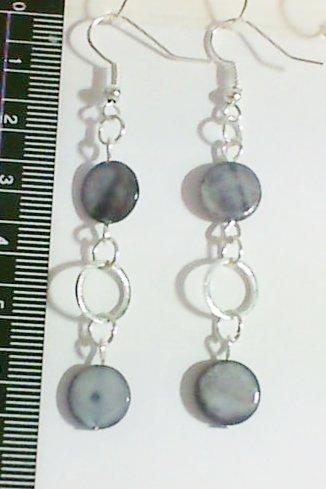 1 Paire de boucles d'oreilles pendantes , perles nacre gris. Accessoires couleur argenté.