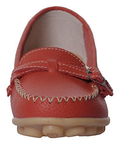 Ruhiger zufälliger Beleg der gelassenen Frauen-Rindleder-flachen auf treibenden Müßiggänger-Schuhen Red5