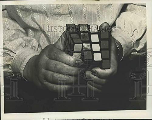 1982 Press Photo Woman works on Rubik's Cube puzzle in New York - ()