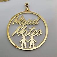 Hermoso Dije circular con nombre de sus hijos y monitos en laminado de oro