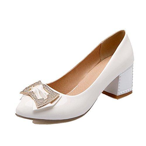 AllhqFashion Damen Ziehen auf PU Spitz Zehe Mittler Absatz Eingelegt Pumps Schuhe Weiß