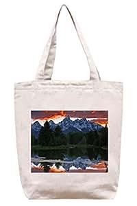 Reflexión de Mighty Montañas bajo rojo nubes–lona de algodón Tote Bag