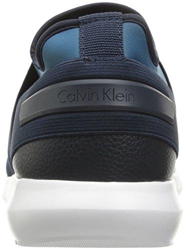 Sneakers modello slip on Calvin Klein da uomo in tessuto elasticizzato e neoprene blu e azzurro. Fondo in gomma bianca.