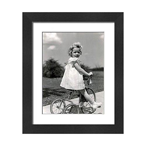 Impression 21x17 Encadrée D'une Jeune Fille Portant Robe D'été, Tricycle À Cheval Sur Le Trottoir (14777603)