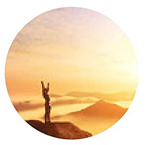 alfombrilla de ratón Hombre feliz con las manos arriba en la cima del mundo por encima de las nubes - ronda - 20cm
