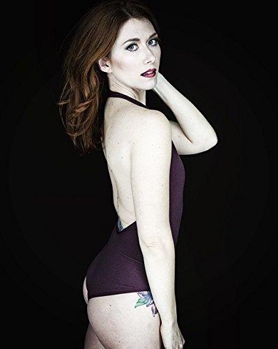 Med henne smal kropp och Röd hårtyp utan behå (kupstorlek ) på stranden i bikini