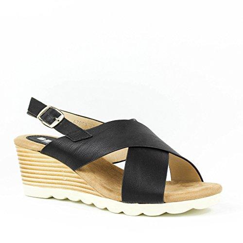 Cuña color negro. Tiras anchas en el empeine. Cuña imitación madera. Cierre mediante hebilla en pulsera en el tobillo. Altura de la suela 10.0 cm. Negro