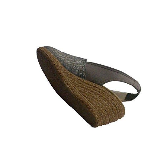 Zapatilla mujer punta cerrada grabada la parte de delante con talón abierto Salemera en gris