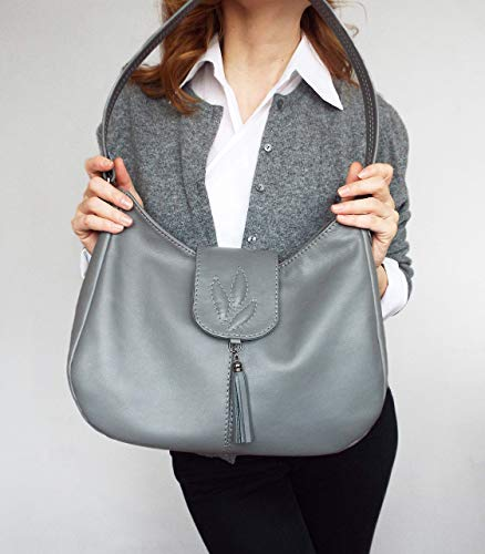- Genuine leather shoulder bag casual medium size.