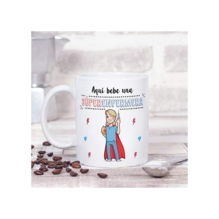 """41jlcBL N8L Las tazas cerámicas de alta calidad como esta, son el mejor regalo original para chicas enfermeras o estudiantes de enfermería. El dibujo de la taza está hecho con una tinta sublime que la hace resistente para microondas y lavavajillas. Color blanco, 11 oz / 350 ml. Estas tazas regalo serán un recuerdo duradero ya sea de compañeros de clase, colegas de trabajo, hijos, amigos, padres… Qué mejor que desayunar juntos con esta Taza de Enfermera y decirle: """"Eres la mejor Enfermera del Mundo"""" Una bonita y colorida taza para enfermeras que… ¡también es multiusos! No hace falta comprar regalos demasiado sofisticados, pues aunque se denominen """"tazas de café"""" o """"tazas de desayuno"""", también se pueden usar para otros líquidos como té o incluso cerveza. Y valen para mucho más, por ejemplo se pueden usar como decoración (como un jarrón de porcelana china) Ideal como regalo para mujeres enfermeras. ! Tu súper enfermera necesita pensar en ti todos los días. Pero… ¿no sabes cómo decirle """"gracias"""" o """"aprecio tu trabajo""""? Bueno, ¿qué mejor manera que con una taza para la Mejor Enfermera del Mundo? Nuestras tazas para regalo son sinónimo de buen precio, mensajes divertidos, colores vivos y calidad. Un regalo original único e inolvidable, resistente al uso diario"""