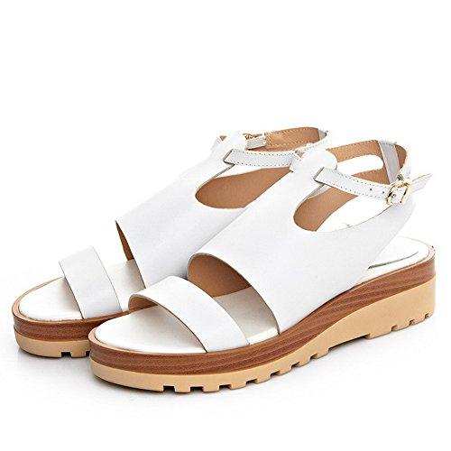 Allhqfashion Dames Ronde Neus Lage Hakken Koe Lederen Stevige Sandalen Met Metalen Gespen Wit