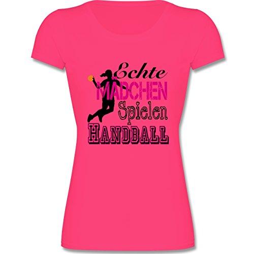 Sport Kind - Echte Mädchen Spielen Handball - 128 (7-8 Jahre) - Fuchsia - F288K - tailliertes Kinder T-Shirt für Mädchen mit Rundhalsausschnitt