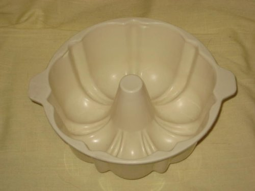 Vintage Pillsbury Light Weight Plastic Jell-O Mold / Cake Mix Microwave Baking Bundt Pan - 7 Inch x 3 1/2 Inch