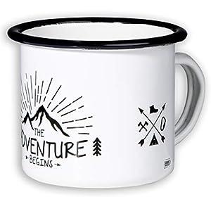 Mugsy I Emaille Tasse mit Spruch The Adventure Begins, 330 ml, Camping Tasse, Camping Ausrüstung, Retro Design (Weiß)