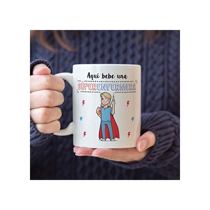 """41l0dBRnwkL Las tazas cerámicas de alta calidad como esta, son el mejor regalo original para chicas enfermeras o estudiantes de enfermería. El dibujo de la taza está hecho con una tinta sublime que la hace resistente para microondas y lavavajillas. Color blanco, 11 oz / 350 ml. Estas tazas regalo serán un recuerdo duradero ya sea de compañeros de clase, colegas de trabajo, hijos, amigos, padres… Qué mejor que desayunar juntos con esta Taza de Enfermera y decirle: """"Eres la mejor Enfermera del Mundo"""" Una bonita y colorida taza para enfermeras que… ¡también es multiusos! No hace falta comprar regalos demasiado sofisticados, pues aunque se denominen """"tazas de café"""" o """"tazas de desayuno"""", también se pueden usar para otros líquidos como té o incluso cerveza. Y valen para mucho más, por ejemplo se pueden usar como decoración (como un jarrón de porcelana china) Ideal como regalo para mujeres enfermeras. ! Tu súper enfermera necesita pensar en ti todos los días. Pero… ¿no sabes cómo decirle """"gracias"""" o """"aprecio tu trabajo""""? Bueno, ¿qué mejor manera que con una taza para la Mejor Enfermera del Mundo? Nuestras tazas para regalo son sinónimo de buen precio, mensajes divertidos, colores vivos y calidad. Un regalo original único e inolvidable, resistente al uso diario"""