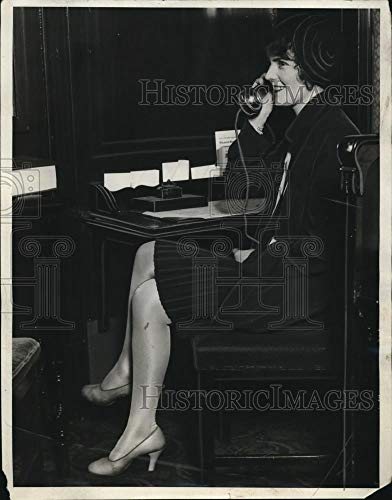 (Historic Images - 1930 Vintage Press Photo Young lady passenger on Cascade Limited)