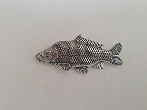 F35la carpe commune étain anglais poisson Badge à épingle avec un cadeau prideindetails Paquet