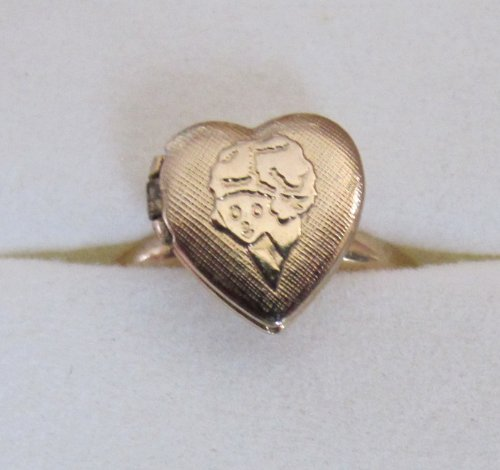 Little Orphan ANNIE HEART Shape LOCKET RING Gold Tone Metal ADJUSTABLE LOCKET RING (1982 Columbia/Tribune) Columbia Vintage Ring