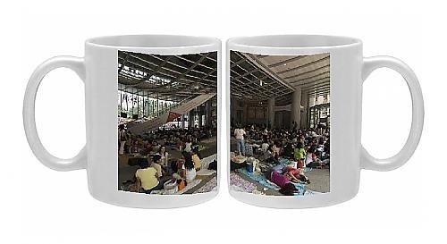 photo-mug-of-philippino-housekeepers-gathering-together-on-sundays-at-hsbc-bank-hall