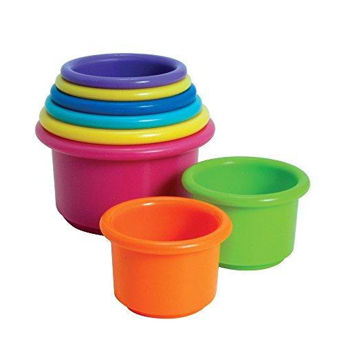 Los primeros años apilan los juguetes de la taza