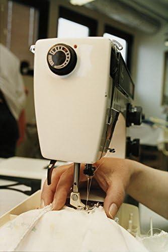 Una persona con una máquina de coser de costura: Amazon.es ...