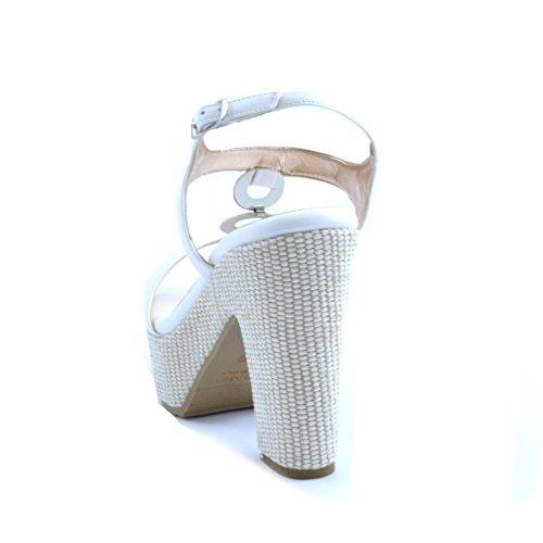 Sandali da donna Albano in pelle bianca con cerchi in acciaio applicati tra la tomaia e il cinturino alla caviglia. Tacco robusto in tessuto intrecciato beige da 13cm e plateau da 4cm.