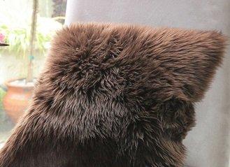 Schaffell Kissen - Dunkel Braun - Größe 40x40x20cm mit ca. 3cm langem Fell