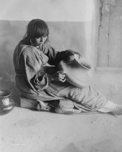 1905 photo The Potter--Santa Clara . Santa Clara woman, full-length