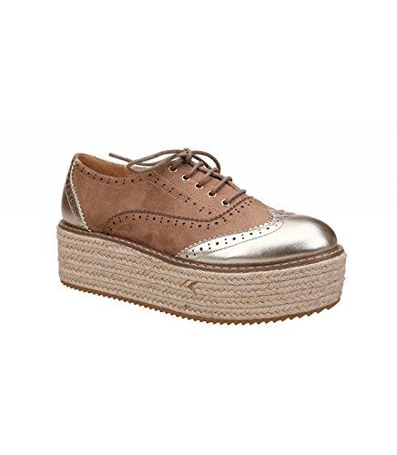 Zapato con plataforma. Detalle brillante en a puntera y en el talín. Plataforma revestida de yute en color natural. Altura de la plataforma 5.5 cm. Beige