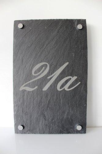 Designer Hausnummer mit Straßennammen 20 x 30 cm cm aus Naturschiefer / Schiefer 3-5 mm Stärke inkl. 4 Abstandhalter / ideal für die Haus - ihr Haus / Garten oder auch als Geschenk zur Hochzeit / Geburtstag