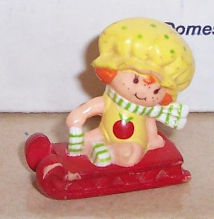 1982 Kenner Strawberry Shortcake Apple Dumplin On Sled Miniature Figure