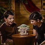 41pK ClpS8L. SS150 SONIDOS INSPIRADOS EN LA SERIE: Toca el tope de la cabeza de The Child Animatronic Edition para activar sonidos inspirados en The Mandalorian, incluyendo sonidos de alegría y emoción. Video Muñeco Baby Yoda: https://www.youtube.com/watch?v=V8kpPkGQPG8 JUGUETE ANIMADO: El juguete cuenta con movimientos motorizados, incluyendo de cabeza hacia arriba y hacia abajo, orejas que se mueven hacia delante y hacia atrás, ojos que se abren y se cierran ACTIVACIÓN DE LA FUERZA: Niños y niñas de 4 años en adelante se divertirán tocando 3 veces la cabeza de The Child Animatronic Edition para activar la Fuerza, el juguete animatrónico levantará un brazo baby yoda muñeco