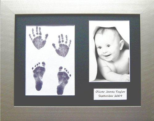 Baby Hand-/Fußabdruckset (Displayrahmen in gebürstetem Silber, ca. 37 x 21,5 cm, schwarzes Passepartout mit 3 Aussparungen, tintenfreies Farbtuch schwarz, 0-3 Jahre) (UK Import) BabyRice 401.IL.108.BLK3