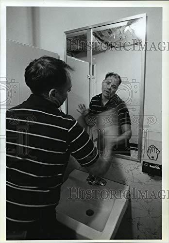 Historic Images - 1988 Press Photo Handicapped, Hugh Lenz polishing Bathroom Mirror -