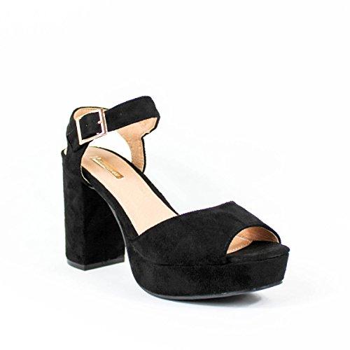 Sandalia de tacón. Tacón geométrico. Cierre mediante pulsera en tobillo. Altura del tacón 11.5 cm. Negro