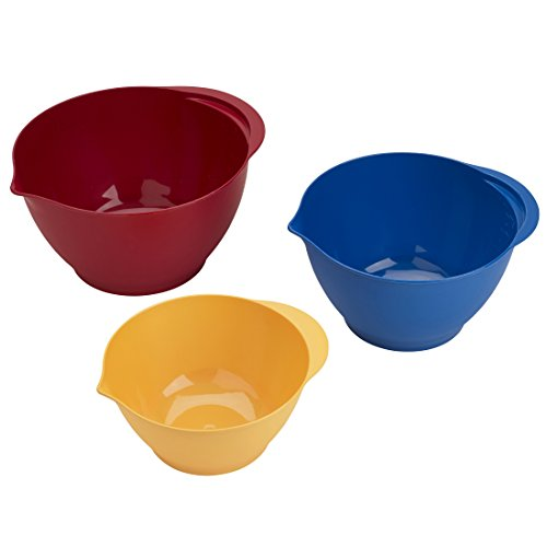 A set of plastic mixing bowls in different colors and sizes.
