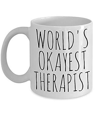 Amazon.com: Worlds Okayest taza terapeuta divertida ...