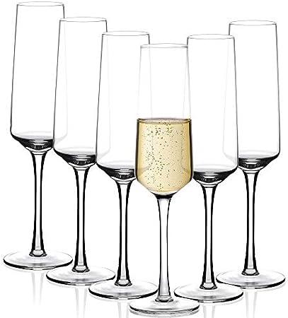 PRODUCIDO PROFECIONAL - La copa de champán clásica en forma de flauta está soplada artificialmente c