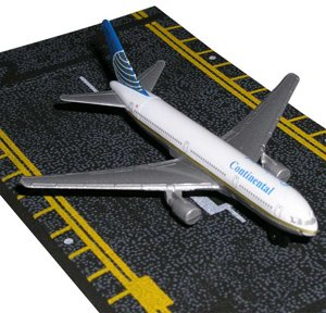 hot-wings-continental-airlines-boeing-767-jet-with-connectible-runway