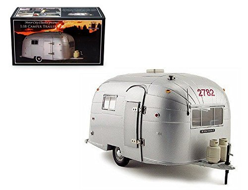 CLASSIC COLLECTION - SILVER AIRSTREAM ALUMINUM CAMPER TRAILER Diecast Model Car By Motor City Classics ()