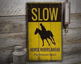 Free Brand Señal de caballo lento, señal de equitación lento, señal de caballo, signo antiguo establo, letrero de madera vieja, rústico hecho a mano, decoración de madera vintage