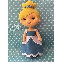 Muñeca artesanal de fieltro inspirada en princesa Cenicienta
