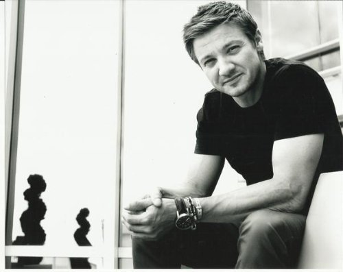 jeremy-renner-hawkeye-close-up-candid-black-white-8-inch-x-10-inch-photo