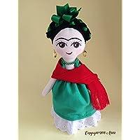 Muñeca de trapo haciendo homenaje a Frida Kahlo (Pintora mexicana)Muñeca diseñada, elaborada y pintada a mano.