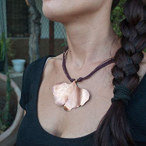 Collar mujer hoja ginkgo biloba en cobre y cordon de lino.