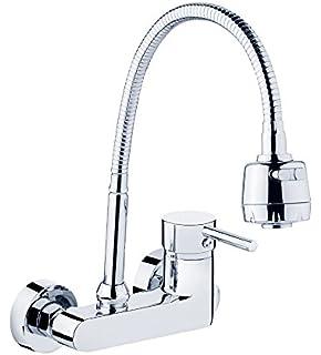Furesnts moderne Küche zu Hause und Waschbecken Wasserhahn an der ...