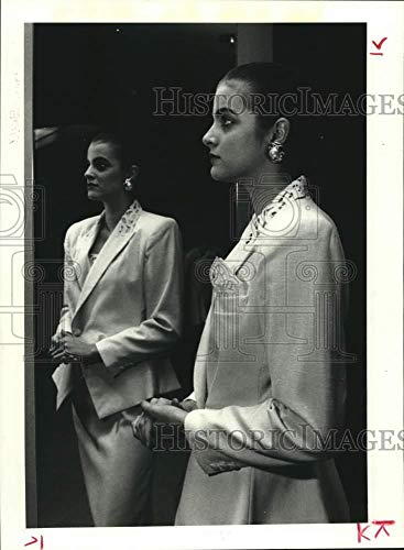 (1989 Press Photo Model wears a linen-look suit at Houston's Saks Fifth Avenue)